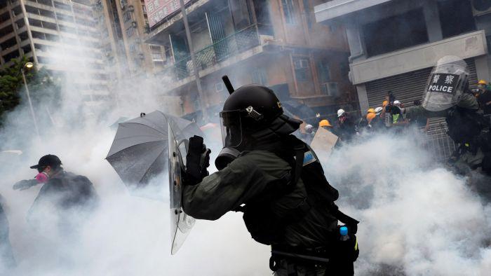 香港元朗再次爆发示威 警方迅速释放催泪弹