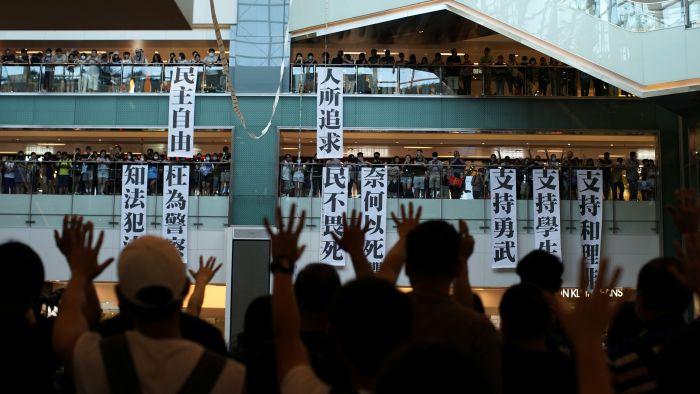 美媒:香港一群中年阶层背后提供物资金钱支持示威者
