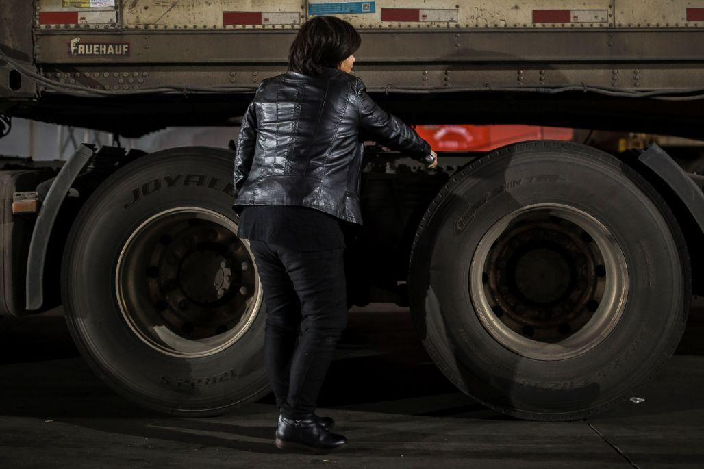 1000万被挤上卡车的女人