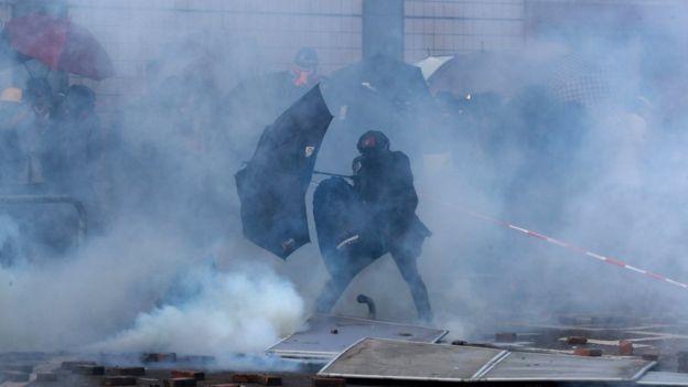 香港示威:理工大学爆发严重冲突后,警方包围校园,数百示威者被困