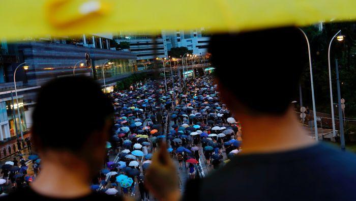 """香港示威:陆港""""夹缝人""""在政治漩涡里寻找身份认同"""