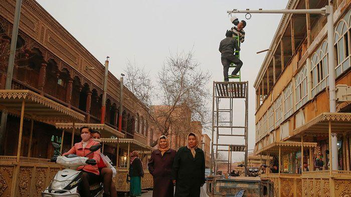 """港府宣布""""一地两检""""方案 引爆政治炸弹"""