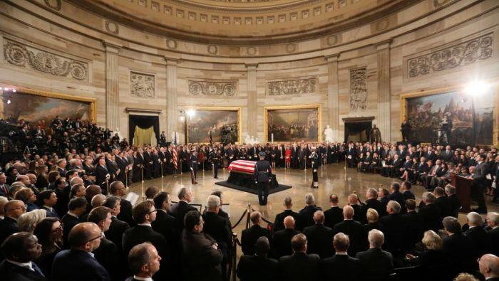 老布什停灵国会 特朗普向他敬礼