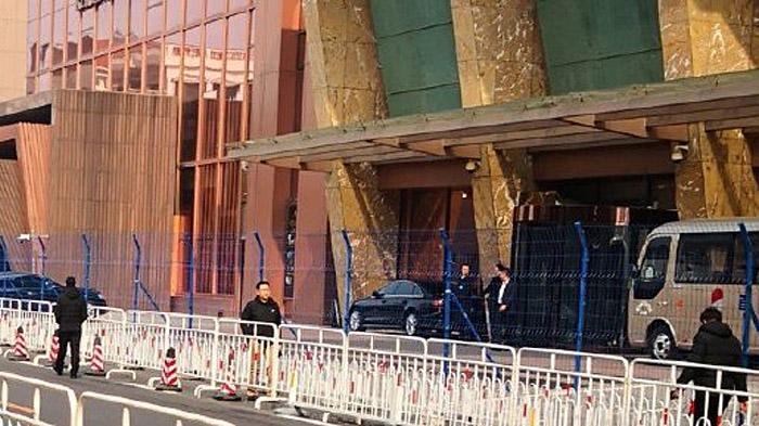 北京 铁丝网围住两会代表住地引发争议