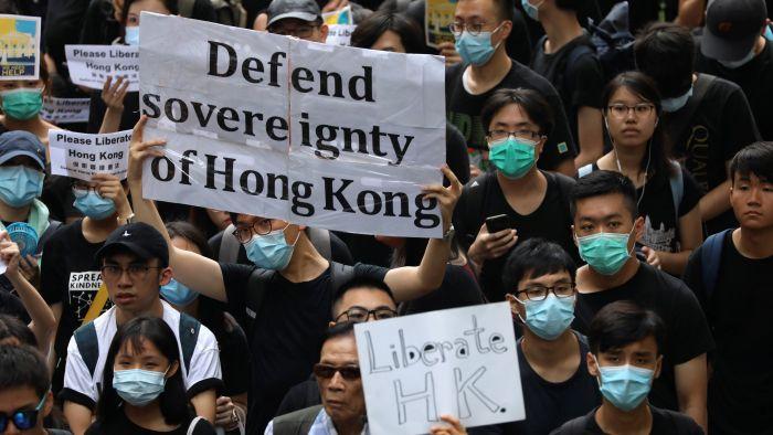 """""""反送中""""示威者发动请愿 吁外使馆向林郑施压"""