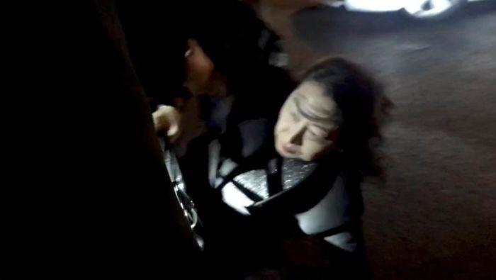 """港律政司长郑若骅伦敦遭抗议跌倒 林郑称之""""严重受伤"""""""